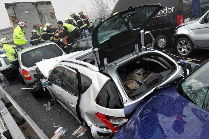 Швейцария: число пострадавших в столкновении 50 автомашин возросло до 11 человек. Фото: FABRICE COFFRINI/AFP/Getty Images