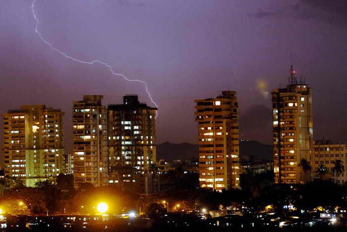 Число погибших от удара молнии в Индии за одни сутки составило 27 человек. Фото: ROB ELLIOTT/AFP/Getty Images
