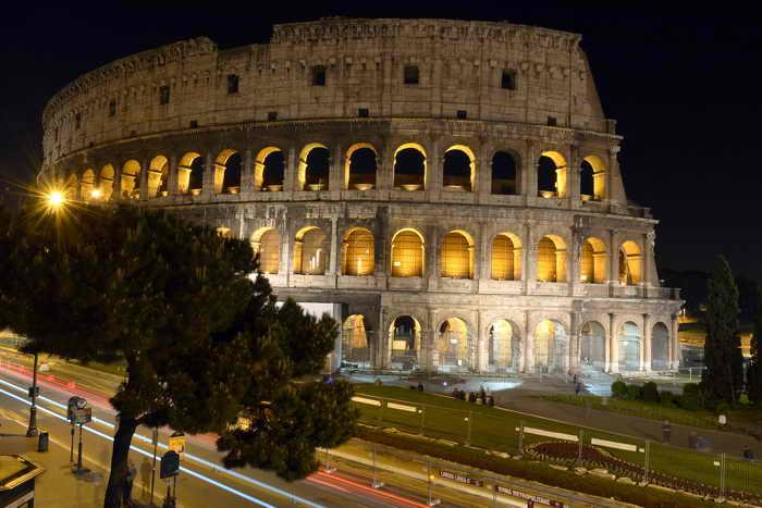 В Риме открылись ночные прогулки по Колизею. Фото: GABRIEL BOUYS/AFP/Getty Images