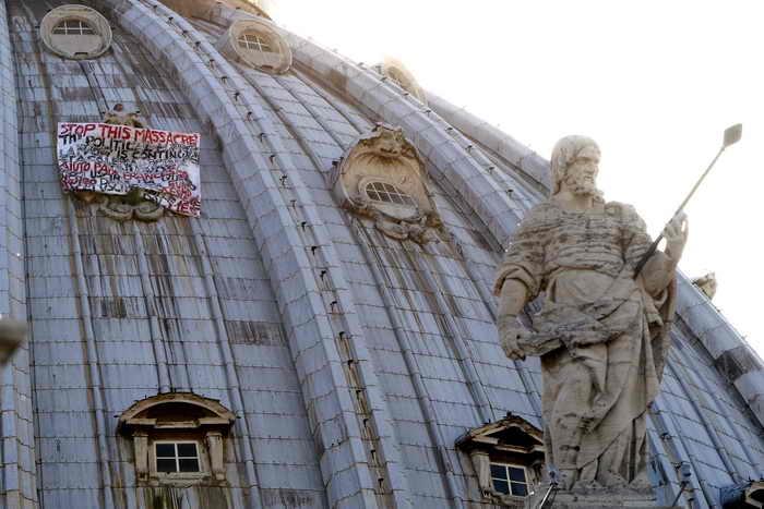 Итальянец, забравшись на купол Святого Петра, требует выхода Италии из Еврозоны. Фото: FILIPPO MONTEFORTE/AFP/Getty Images