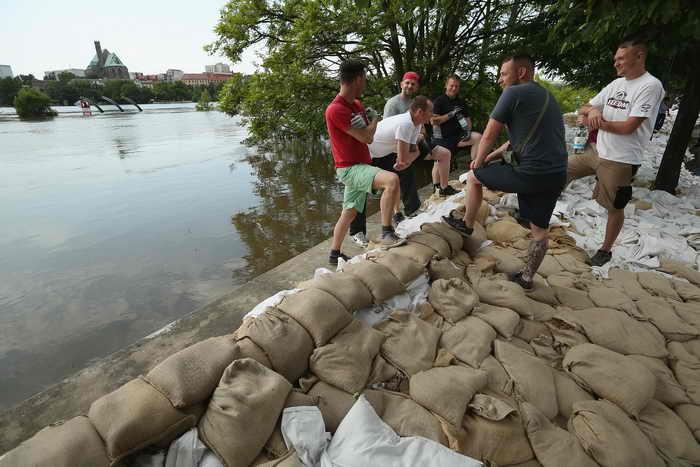 Власти земли Саксония-Ангальт усилили надзор в затопленных районах, после того как неизвестные лица выложили в Интернете письмо с угрозами нападения на дамбы. Фото: Sean Gallup/Getty Images