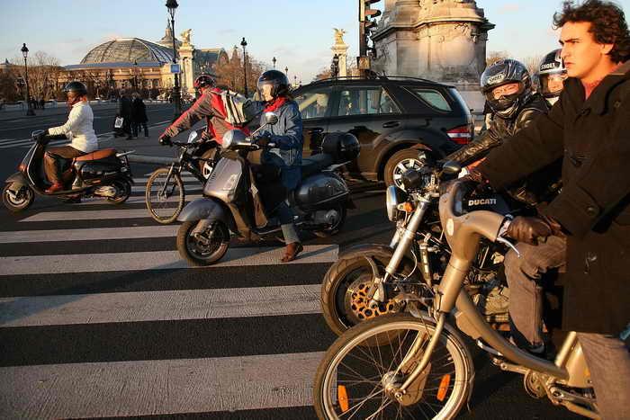 В целях снижения ДТП Госдумой был принят закон о введении прав для водителей мопедов, скутеров, лёгких квадроциклов. Фото: Julien Hekimian/Getty Images