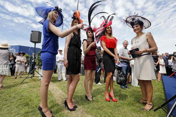 Париж.Женщины в шляпах. Фото: FRANCOIS GUILLOT/AFP/Getty Images