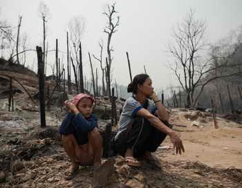 В Таиланде число жертв пожара в лагере беженцев достигло 42 человек, пострадали более 200. Фото: NICOLAS ASFOURI/AFP/Getty Images