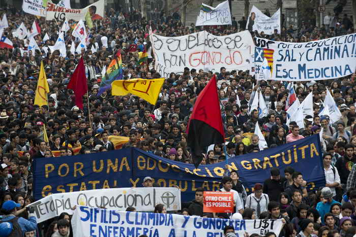 Чили: студенты требуют проведения реформы образовательной системы. Фото: MARTIN BERNETTI/AFP/Getty Images