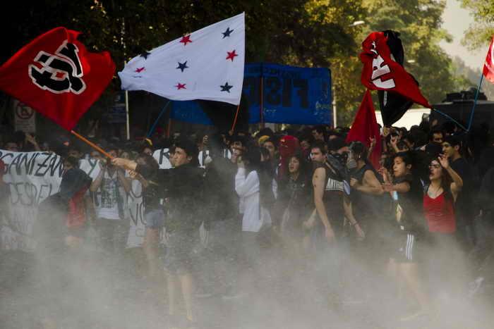 Студенческая манифестация в Чили закончилась столкновением с полицией. Фото: MARTIN BERNETTI/AFP/Getty Images