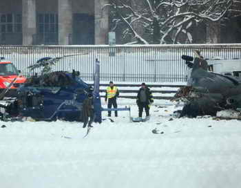 Два полицейских вертолёта столкнулись над Берлином во время широкомасштабных учений. Фото: JOHANNES EISELE/AFP/Getty Images