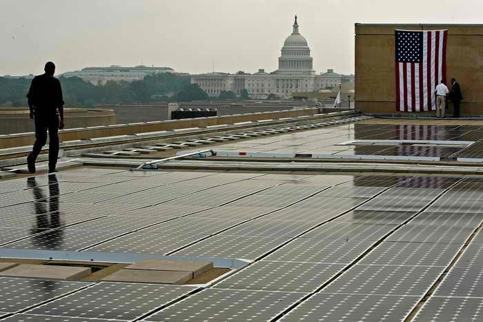 Солнечные батареи на крыше дома. Фото: Chip Somodevilla/Getty Images