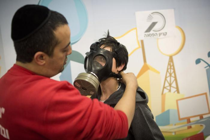 В Израиле люди готовятся к химической атаке, приобретая комплекты противогазов, Иерусалим, 31 января 2013 года. Фото: Oren Ziv/Getty Images