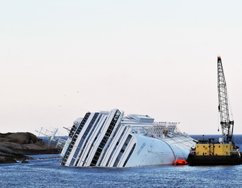 Затонувший лайнер Costa Concordia . Фото: Laura Lezza/Getty Images