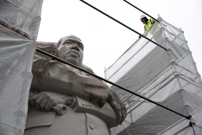 С памятника борцу за права человека, лауреату Нобелевской премии мира Мартину Лютеру Кингу начали удалять спорную надпись 1 августа 2013 года. Фото: Alex Wong/Getty Images