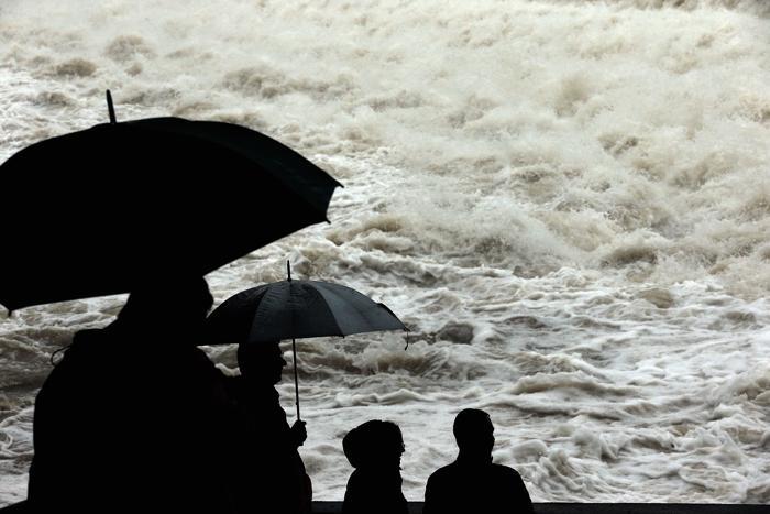 Люди смотрят восходящую реку Лех. Фото: Johannes Simon/Getty Images