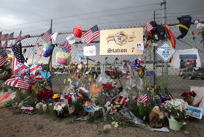 Пожар в Аризоне привёл к гибели 19 пожарных и более 200 зданий Ярнелла (Аризона) разрушены. Жители почтили память погибших 2 июля 2013 года. Фото: Christian Petersen/Getty Images