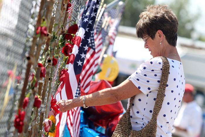 Пожар в Аризоне привёл к гибели 19 пожарных и более 200 зданий Ярнелла (Аризона) разрушены. Жители почтили память погибших 2 июля 2013 года. Фото: Krista Kennell/AFP/Getty Images
