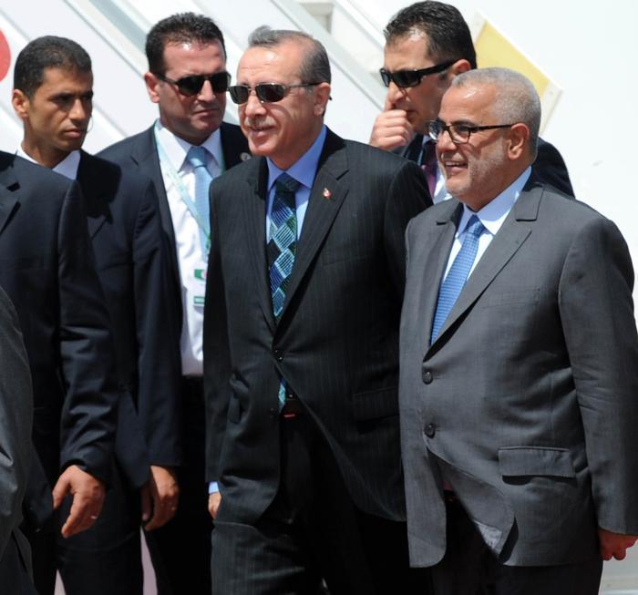 Турецкий премьер-министр Реджеп Тайип Эрдоган (л) приветствует марокканского премьер-министра  Abdelilah Benkirane (п) 3 июня 2013 перед поездкой в Тунис, где он принимает участие в первом заседании турецко-Тунисской Совета стратегического сотрудничества. Фото: FADEL SENNA/AFP/Getty Images