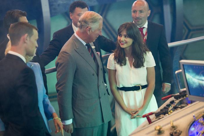 Принц Чарльз беседует с Дженной-Луизой Коулман на съёмочной площадке сериала  «Доктор Кто» в студии BBC Кардиффа 3 июля 2013 года. Фото: Arthur Edwards - WPA Pool/Getty Images