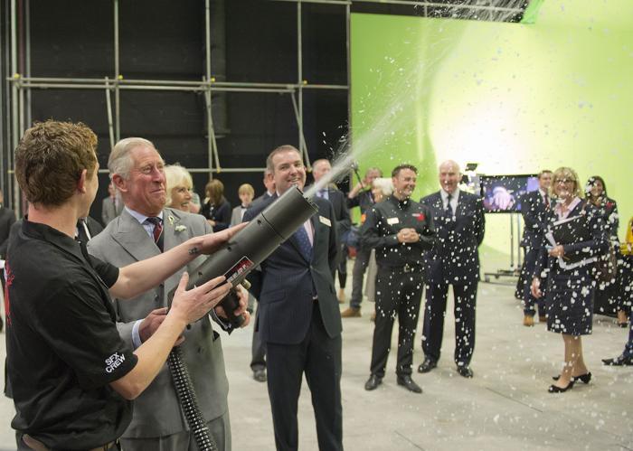 Принц Чарльз на съёмочной площадке сериала  «Доктор Кто» в студии BBC Кардиффа 3 июля 2013 года. Фото: Arthur Edwards - WPA Pool/Getty Images