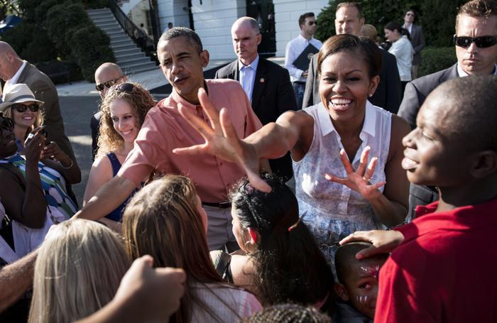 Барак и Мишель Обама пригласили гостей на празднование дня независимости у Белого дома 4 июля 2013 года. Фото: BRENDAN SMIALOWSKI/AFP/Getty Images