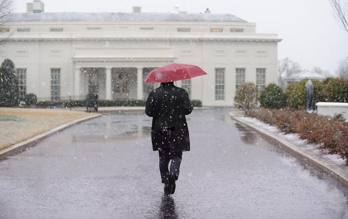 Снегопад в столице США привёл к закрытию школ и госучреждений. Фото: Olivier Douliery-Pool/Getty Images