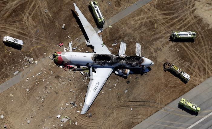 Пассажирский самолёт Boeing-777 потерпел крушение в Сан-Франциско 6 июля 2013 года. Погибло 2 человека, 181 пострадало.  Фото: Ezra Shaw/Getty Images