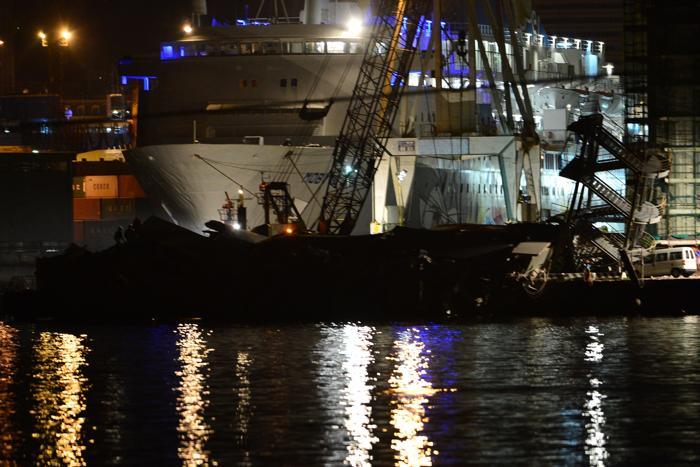 Три человека погибли при столкновении судна с башней в Генуе. Фото: GIUSEPPE CACACE/AFP/Getty Images