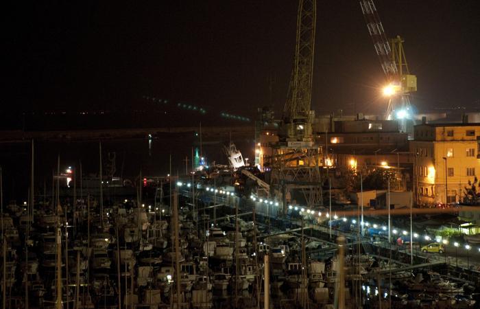 Три человека погибли при столкновении судна с башней в Генуе. Фото: STR/AFP/Getty Images