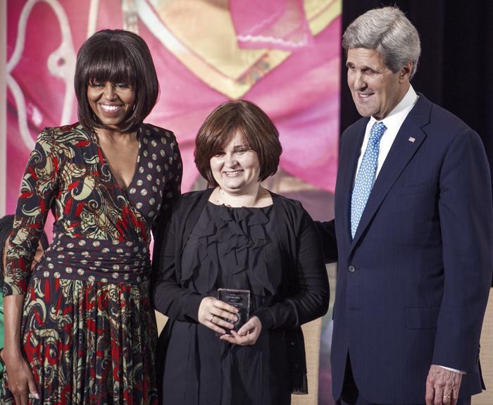 Россиянка Елена Милашена получила награду за женское мужество от госсекретаря США. Фото: PAUL J. RICHARDS/AFP/Getty Images