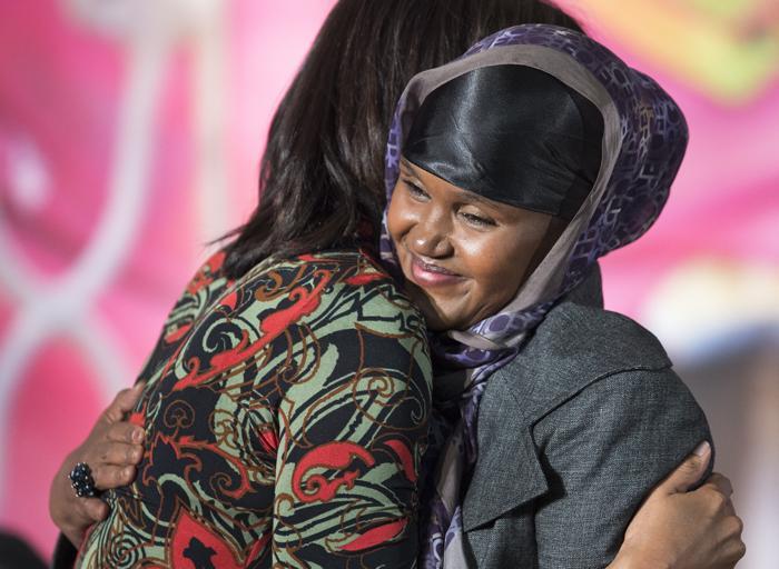 Представительница Сомали Фартуун Адан (Fartuun Adan) получила награду за женское мужество от госсекретаря США Джона Керри и первой леди США Мишель Обама. Фото: PAUL J. RICHARDS/AFP/Getty Images