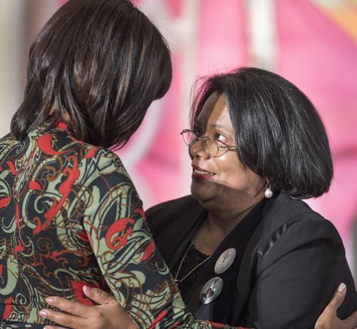 Представительница Гондураса Джульета Кастелланос (Julieta Castellanos) получила награду за женское мужество от госсекретаря США Джона Керри и первой леди США Мишель Обама. Фото: PAUL J. RICHARDS/AFP/Getty Images