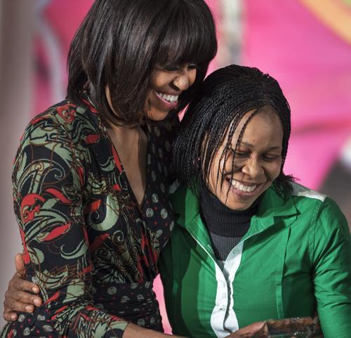 Представительница Нигерии доктор Жозефина Обьяжулу Одумакин (Josephine Obiajulu Odumakin) получила награду за женское мужество от госсекретаря США Джона Керри и первой леди США Мишель Обама. Фото: PAUL J. RICHARDS/AFP/Getty Images