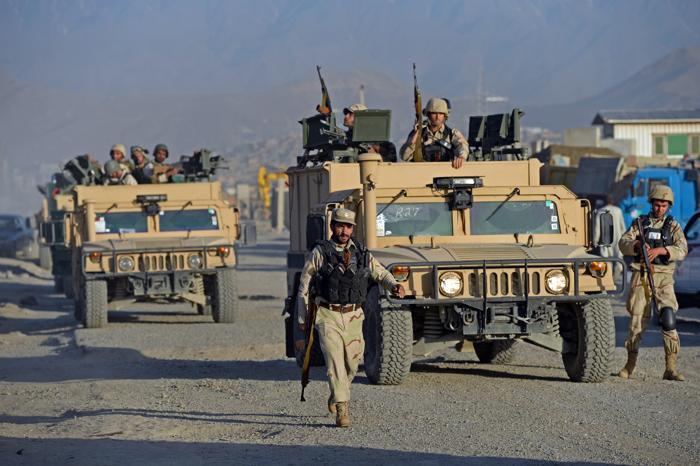 В Кабуле идёт перестрелка между боевиками и сотрудниками безопасности на территории международного аэропорта. Фото:  MASSOUD HOSSAINI/AFP/Getty Images