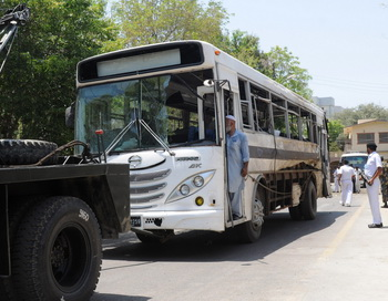 Автобус после взрыва в Пакистане. Фото: ASIF ХАССАН / AFP / Getty Images