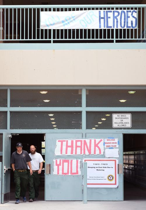 Жители выразили благодарность пожарным большими плакатами в Лас-Вегасе 10 июля 2013 года. Фото: Ethan Miller/Getty Images