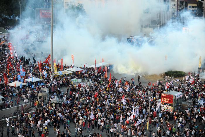 Около 400 человек пострадало в столкновениях с полицией на площади Таксим в Стамбуле. Фото:  BULENT KILIC/AFP/Getty Images