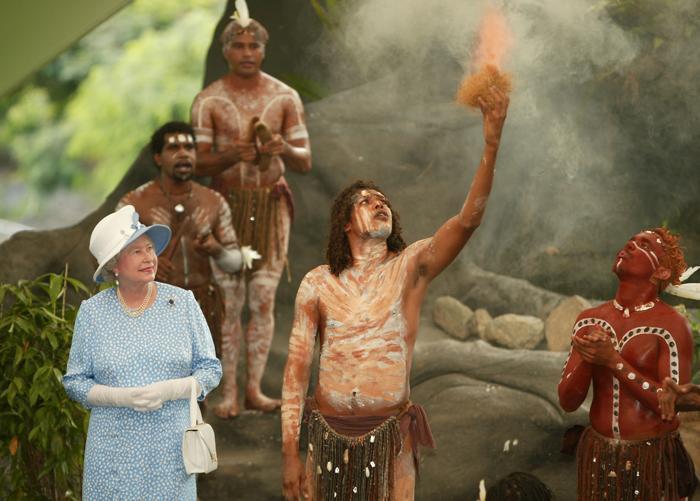 Королева Елизавета II и аборигены Австралии. Фото: BLACKWOOD/AFP/Getty Images