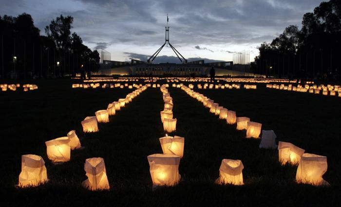 Извинение, выложенное свечами. Фото: Andrew Sheargold/Getty Images
