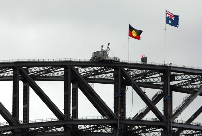 Флаги Австралии и аборигенов над мостом в Сиднее в день извинения премьер-министра Австралии Кевина Радда. Фото: Фото: Kristian Dowling/Getty Images