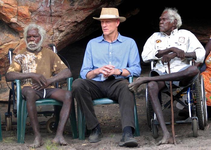 Коренные жители Австралии и министр охраны окружающей среды Австралии в 2009 году. Фото: NEIL SANDS/AFP/Getty Images