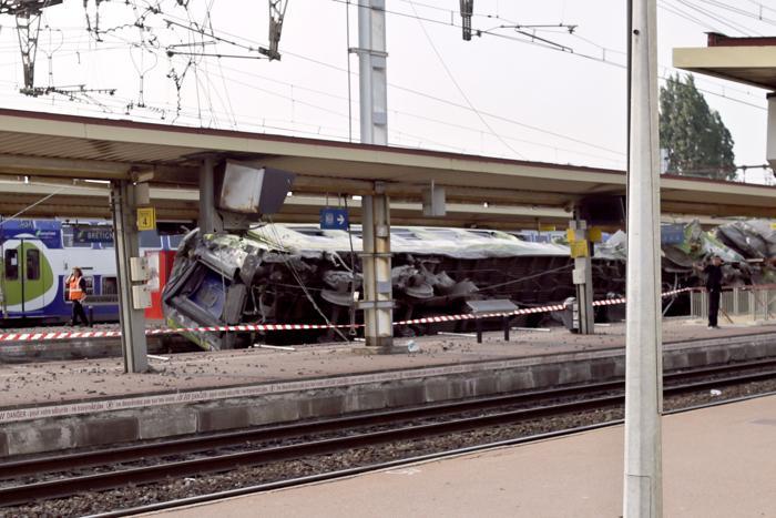 Крупнейшая железнодорожная катастрофа во Франции привела к гибели 6 человек 13 июля 2013 года. Фото: KENZO TRIBOUILLARD/AFP/Getty Images