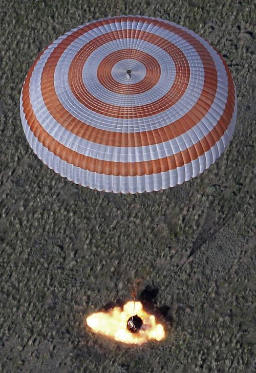 Экипаж МКС спустился на землю на корабле «Союз». Фото: MIKHAIL METZEL/AFP/Getty Images