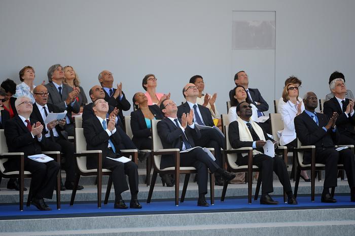 Президент Хорватии Иво Йосипович (л), генеральный секретарь организации Объединенных Наций Пан Ги Мун (2 л), французский президент Франсуа Олланд (ц) и президент Мали Дионкунда Траоре (2 п) на военном параде в День взятия Бастилии во Франции 14 июля 2013 года. Фото: Antoine Antoniol/Getty Images
