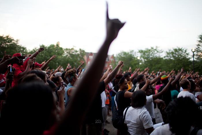 Тысячные акции протеста начались в Чикаго после вынесения оправдательного приговора Джорджу Циммерману, убившему афроамериканского подростка в Сэнфорде (США) 15 июля 2013 года. Фото: Jonathan Gibby/Getty Images