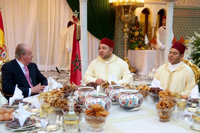 Король Марокко Мухаммед VI и король Испании Хуан Карлос на ужине в ходе официального визита испанского короля в Марокко 16 июля 2013 года. Фото: Carlos Alvarez/Getty Images