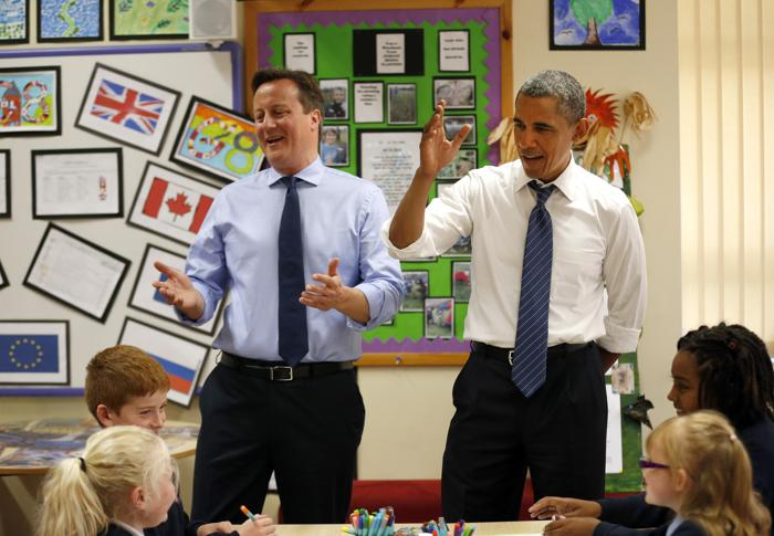 Президент США Барак Обама и премьер-министр Великобритании Дэвид Кэмерон по прибытии посетили интегрированную начальную школу города Эннискиллена. Фото: Matt Dunham - WPA Pool/Getty Images