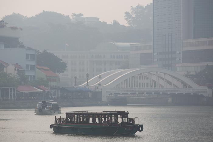 Жители Сингапура задыхаются от дыма, вызванного пожарами на индонезийском острове Суматра. Фото: Chris McGrath/Getty Images