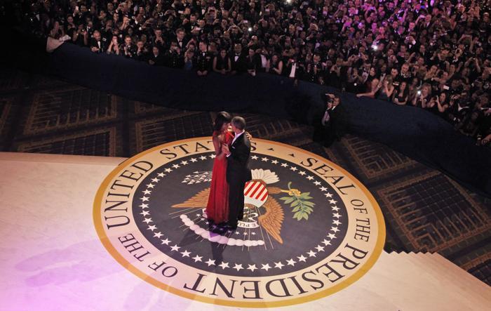 Президент США Барак Обама и первая леди Мишель Обама на инаугурационном балу в Вашингтоне, 22 января 2013 года. Фото: Pablo Martinez Monsivais-Pool/Getty Images