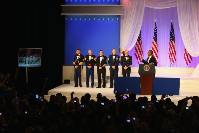 Президент США Барак Обама приветствует во время разговора американских солдат в Кандагаре, Афганистан, на инаугурационном балу в Вашингтоне, 22 января 2013 года. Фото: Joe Raedle / Getty Images