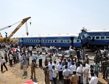 Авария на железной дороге в Индии 22 мая 2012 года. Фото: Manjunath Kiran/AFP/GettyImages