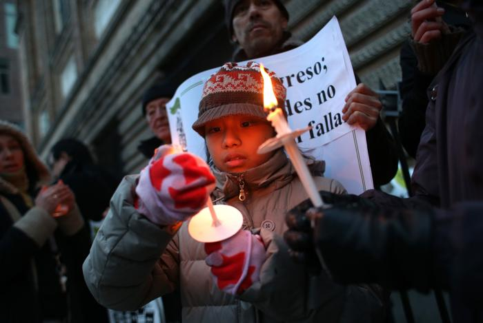 Иммигранты в США зажгли свечи в знак поддержки новой реформы. Фото: John Moore/Getty Images
