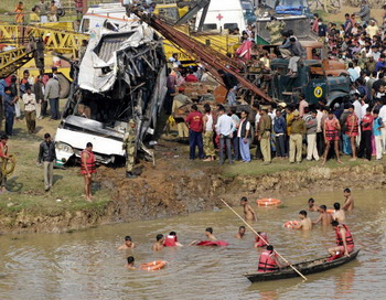 Поисково-спасательные работы, после падения автобуса в реку, Индия. Фото: STRDEL/AFP/Getty Images